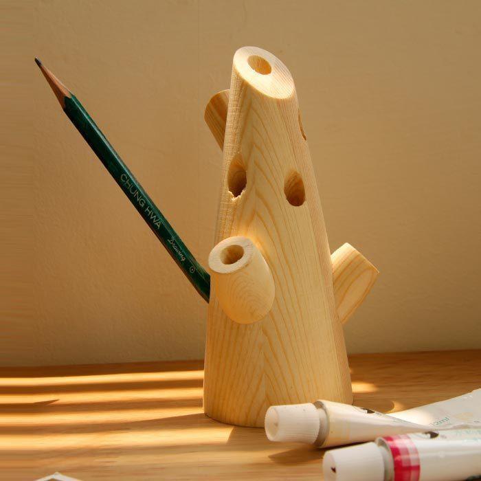 下面就让我们一起来看看这款树形笔筒吧:它就像一棵大树,有树杆有树枝